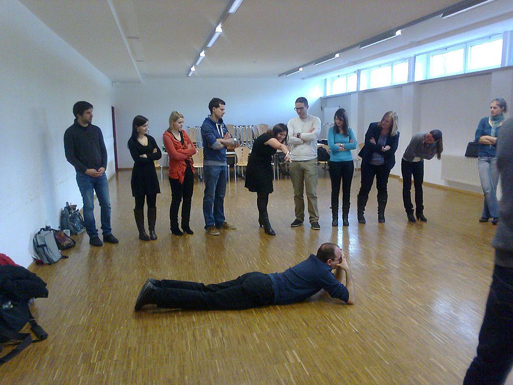 Studienreferendare der Fachseminare Deutsch, Englisch und Geschichte üben das Schulspiel mit dem Leiter der Luggy-Theatergruppe, OStR Karlheinz Frankl.