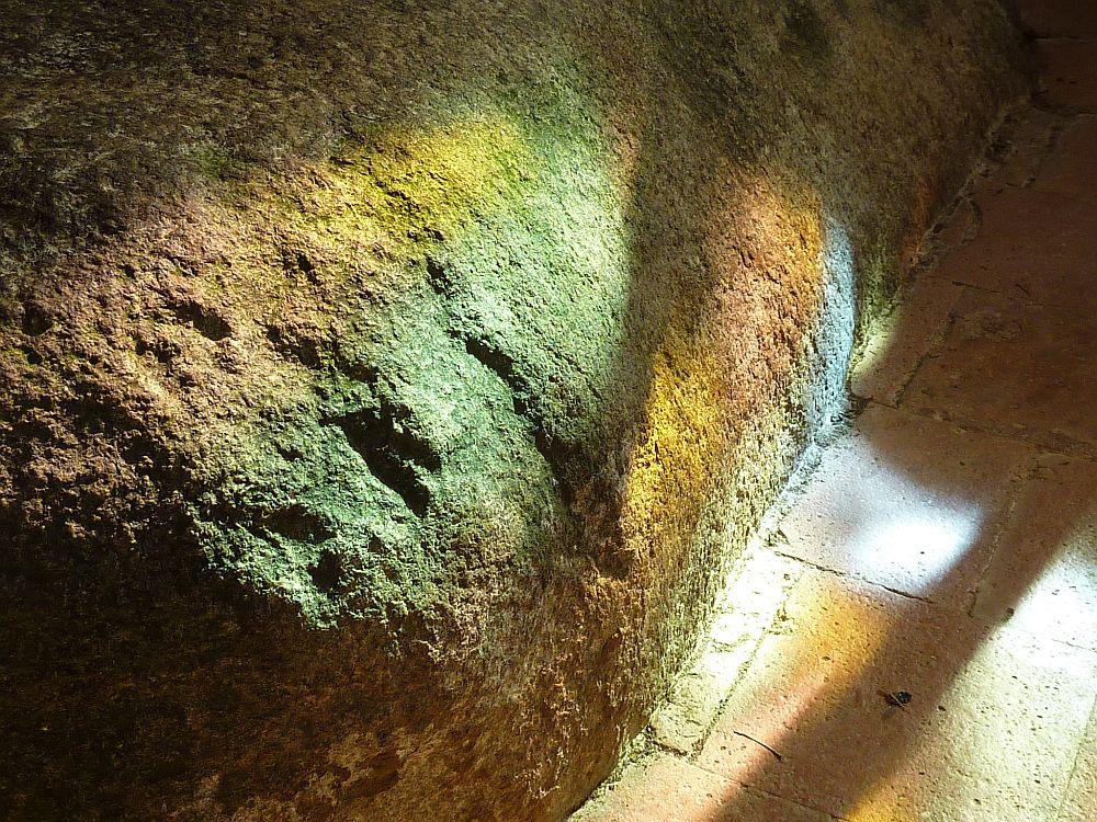 Lichtspiel in der Kapelle von St-Céneri (Foto: Kern)