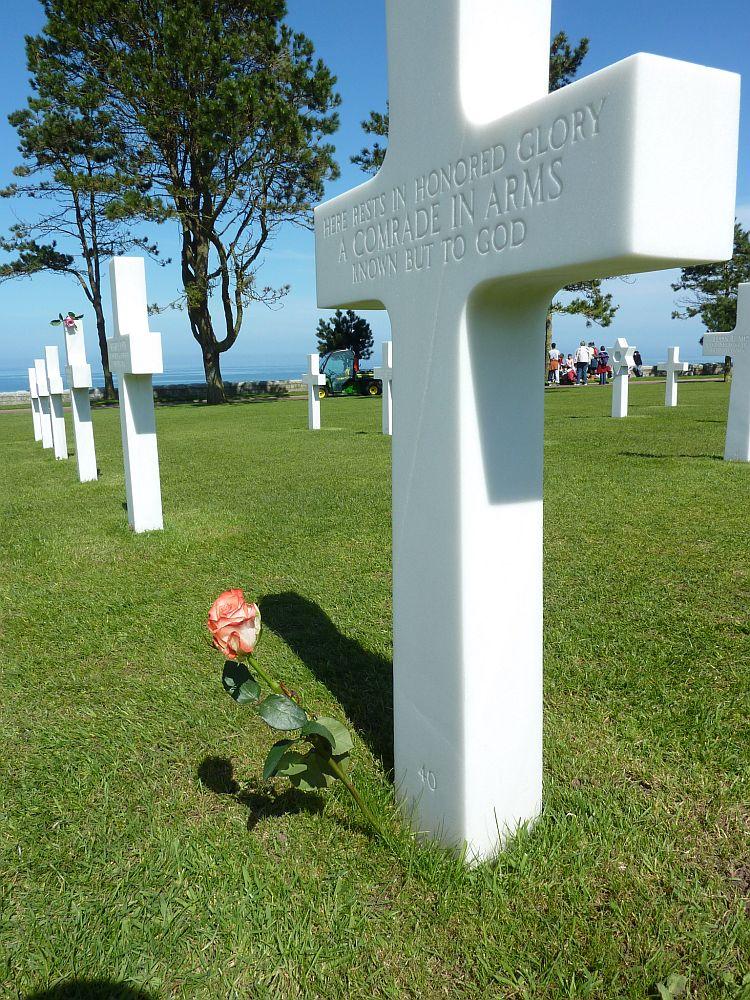 Eines der scheinbar unzähligen Grabkreuze auf dem amerikanischen Soldatenfriedhof über den Dünen der Landungsküste von Omaha Beach. (Foto: Kern)