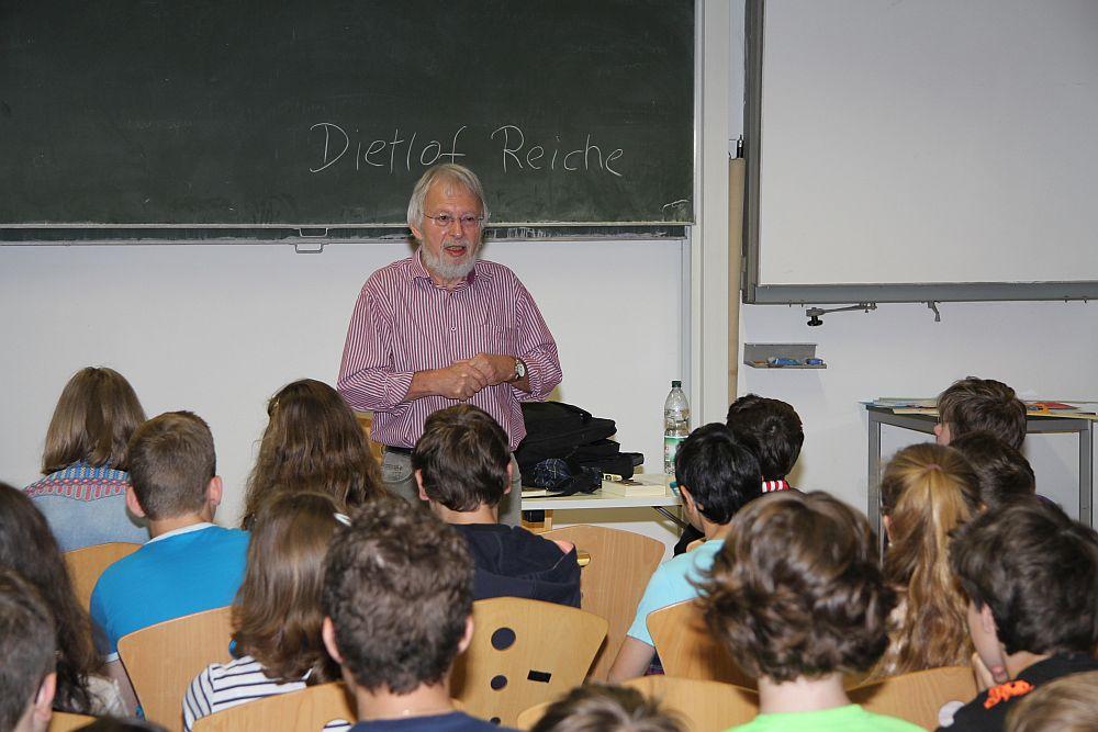 Der Hamburger Autor Dietlof Reiche fesselt seine Zuhörer am Luggy