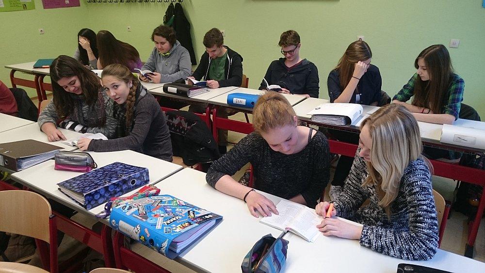 Schüler der Q 11 beim Erlesen des Faust