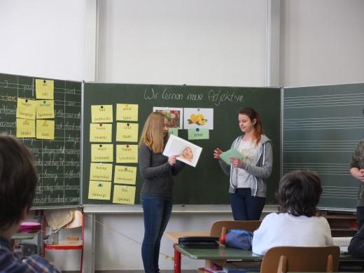 Die Schülerin Nicole Ilg führt anhand  von Bildern die neuen Adjektive an der Tafel ein