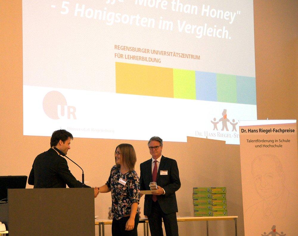 von links: Prof. Dr. Oliver Tepner, Helena Althammer (Abiturientin), Karl-Heinz Schupp