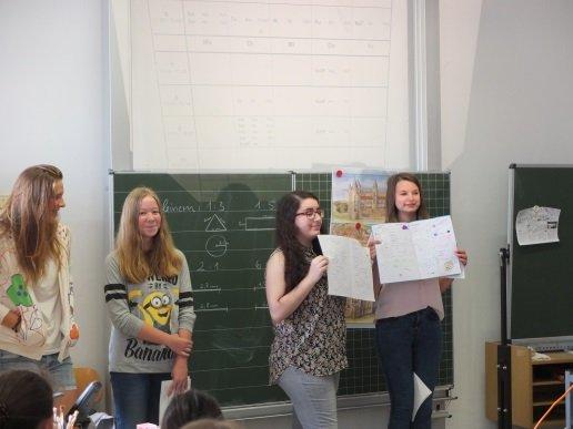 So sehen schöne oder schlampige Schulhefte aus: Ipek Kaleci und Nicole Ilg zeigen den Unterschied.