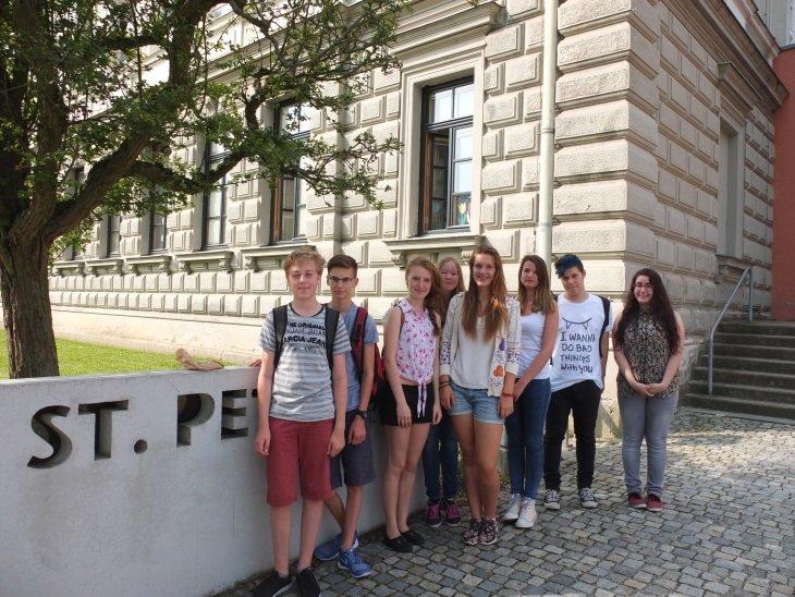 Die Gruppe der Acht nach dem Unterricht, zufrieden, dass alles so gut gelaufen ist.