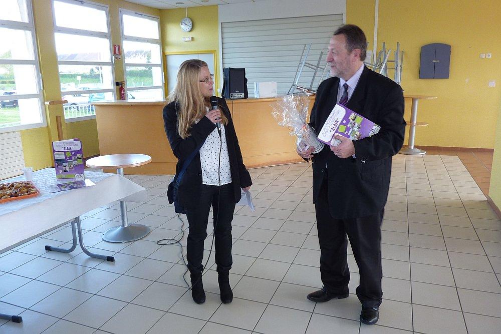 Frau Theune bedankt sich beim Schulleiter des Lycée Alain, Herr Matthieu, mit einer kleinen Aufmerksamkeit.