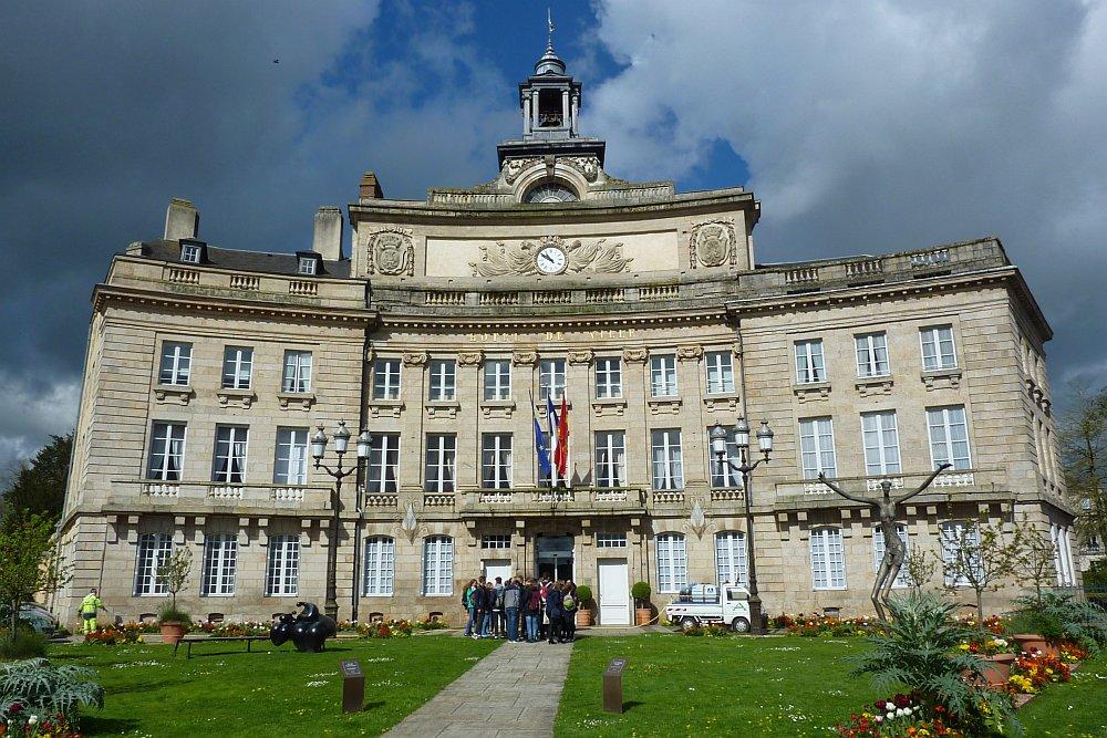 Das Rathaus von Alençon. Die Biegung täuscht nicht - das gehört so. (Foto: Kern)