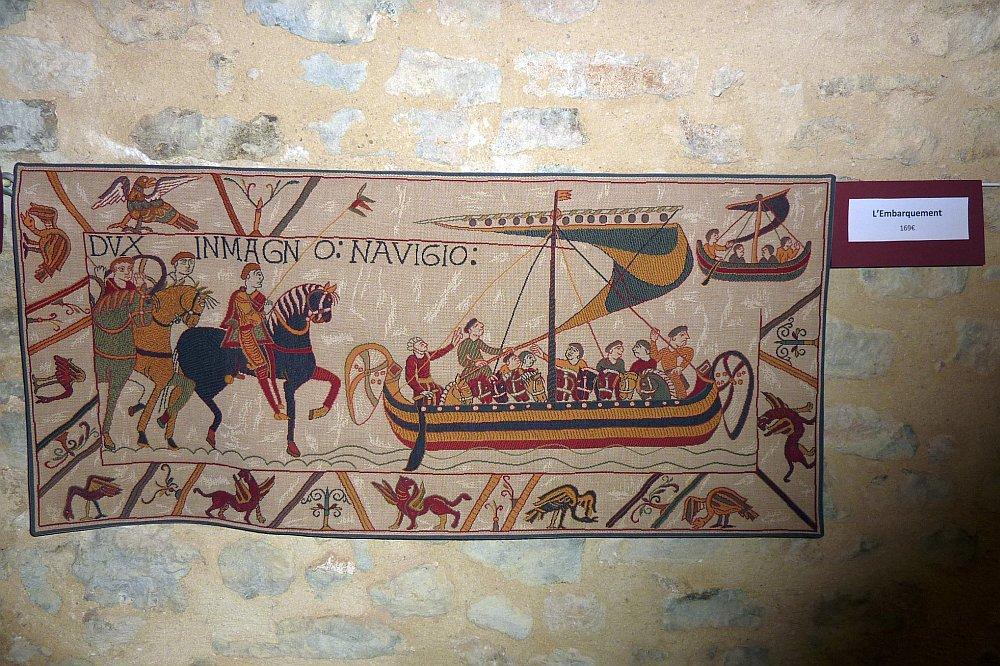 Dieser Ausschnitt aus einem Replikat des Teppichs von Bayeux (das Original wird im Halbdunkel gezeigt und darf nicht fotografiert werden) zeigt die Landung der Normannen in Südengland. (Foto: Kern)