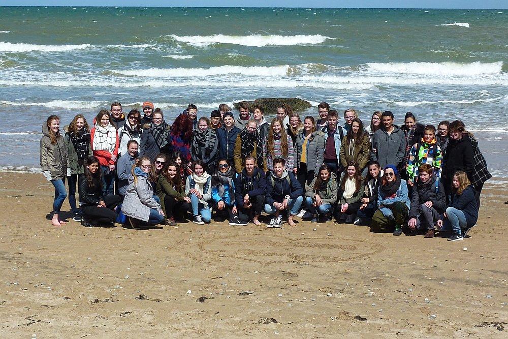 Die Luggy-Schüler und einige ihrer französischen Partner am Omaha Beach. (Foto: Kern)