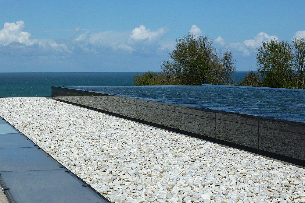 Brunnen am Parkplatz des Soldatenfriedhofs mit Blick aufs Meer. (Foto: Kern)