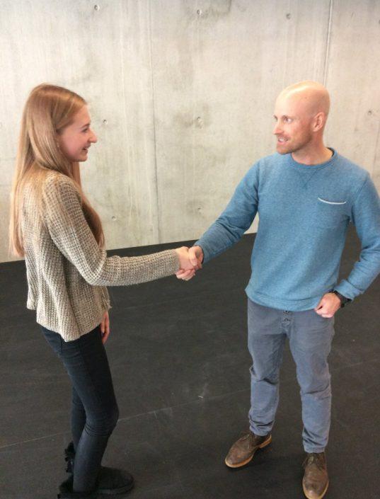 OStR Vogel gratuliert Anna Roppelt zum Sieg